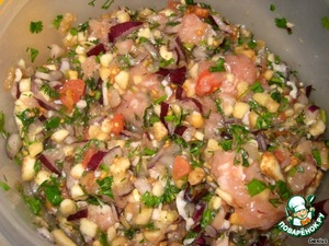 To the chicken mince add chopped onion (if desired, it can slightly saute in butter), finely chopped greens and garlic. There also finely chop the flesh of the zucchini, eggplant, tomatoes. Add to the minced salt-pepper and thoroughly mix everything.  The thrill is sure to add a chopped chili pepper!
