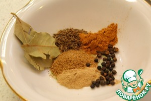 While fried meat, you can make your own mixture of Garam masala. Prepare the spices (approximately equal number), in a mortar mash the cumin, coriander, peas, cardamom and cloves, add cinnamon and Bay leaf broken into small pieces. If spices are not beans, but not ground, do not worry, use them. If some spice is no need to do without them.    Chop the garlic, grate the ginger.
