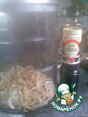 В маринатор положить порезанные кальмары, добавить соевый соус, масло оливковое, перец, имбирь и замариновать в течение 9 мин.