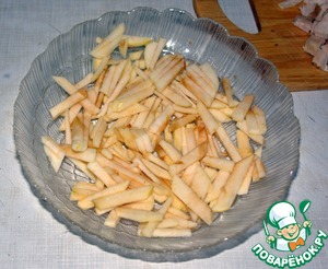 Apples clean, cut into strips. Put half of the apples first layer.