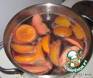 Вино вылить в одну кастрюлю, добавить все пряности и нагреть. НО НЕ КИПЯТИТЬ! Когда вино достигнет 45-50°С, влить ром и Амаретто. Апельсины порезать кружочками и бросить в кастрюлю. Как только вы заметите, что вино начинает закипать, сразу убрать с плиты и поставить в сторону настояться.