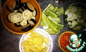 ie my and chop everything finely, eggplant circles, the pepper into 4 pieces, potato - cubes.