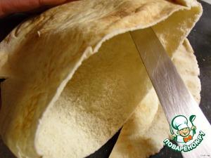 Острым ножом надрезать Арабский хлеб и сделать кармашек (край нарезать соломкой и добавить к мясу).