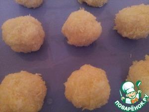 Из массы кокосовой лепим шарики и выкладываем на противень. Выпекаем при температуре 200 градусов 15 минут.