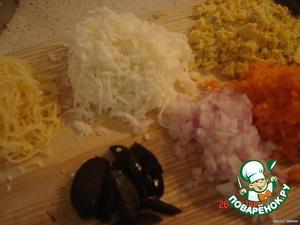 Трем, отдельно, белок и желток на терке, сыр, морковь. Мелко режем лук и маслинки.