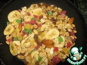 Орехи, изюм, цукаты ошпарить кипятком и прокалить на сковороде. (Я брала готовую смесь орехов и сухофруктов с цукатами).