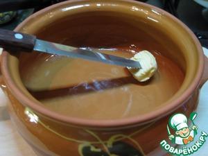 Берем сковородку или блюдо (керамическое или металлическое) и смазываем его сливочным маслом.