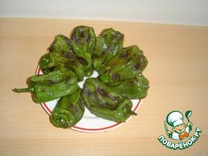 Обжаренный и почищенный болгарский перец выкладываем по кругу на тарелке.