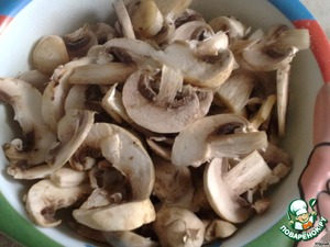 Washed and cleaned mushrooms cut into small plates and also fry.