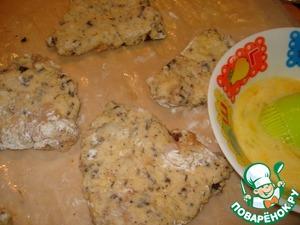 Взбейте оставшиеся яйцо с щепоткой соли. Смажьте булочки сверху и посыпьте сахаром.