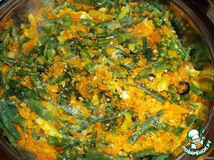 Лук и морковку измельчаем, обжариваем на растительном масле, добавляем фасоль.