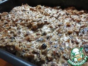 Форму для запекания смазать сливочным маслом, выложить обжаренные картофельные шарики, залить их грибным соусом. На минут 5 поставить в духовку, разогретую до 180С.