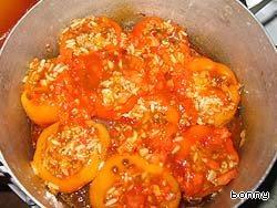 6. Сверху выложить остатки фарша, вторую половину помидоров. Приготовить соус из воды и томат-пасты (много пасты не класть). Жидкость должна дойти почти до верха перцев. Тушить под крышкой 40-50 минут.