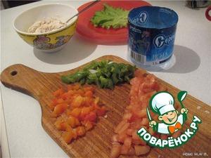 Фольгу сложить в несколько слоёв и свернуть из него ринг.    Обратите внимание, чтобы все острые края были подогнуты и ничего не мешало бы свободному выходу башенки.       Запечённый перец очистить от семечек, нарезать на маленькие кусочки. Присолить и поперчить, налить пару капель оливкового масла.       Помидор очистить от сока и семечек и тоже нарезать и приготовить как перец.       Консервированного тунца размять и смешать с сыром. Если есть необходимость, приправить специями.