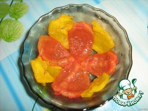 Берём салатник смазываем маслом и укладываем помидоры и перец, чередуя по цвету. Потом обжаренный лук взбрызнуть чесноком и чередовать овощи с луком.