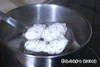 Дать клецке сползти в кипящую воду, перенести ложечки в холодную воду и с их помощью снова начать формировать следующую клецку. Готовые клецки разложить по тарелкам, добавить реджинетти и влить бульон. Получается очень вкусно.