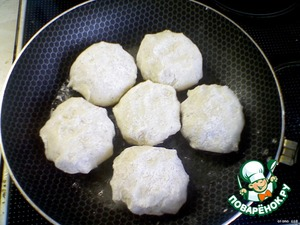 Обваливаем каждую зразу в муке с добавлением приправы (у меня была приправа для картофеля) и выкладываем зразы на сковородку с разогретым растительным маслом.