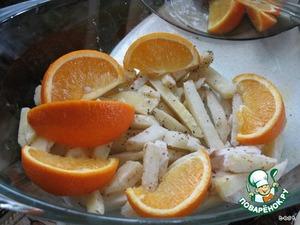 Картошку нарезать ломтиками.   Форму смазать маслом, выложить картофель. Посолить, поперчить. Выложить сверху на картофель ломтики апельсина.