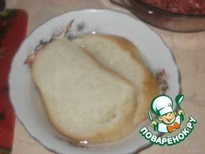 Хлеб размочить в воде, пропустить через мясорубку.