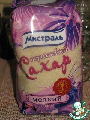 Размороженные ягоды положить в кастрюльку, добавить сахар (я использую сахар ТМ Мистраль коричневый мелкий).