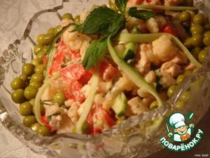 Combine the yogurt with soy sauce, stir.  Mix all ingredients, add green peas and season with yogurt.  Bon appetit!