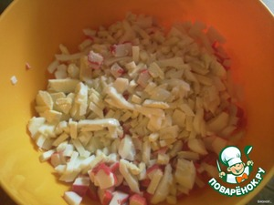 Boil the potatoes and eggs. Eggs and crab sticks cut, put in a salad bowl.