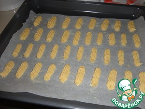 Take a pastry bag and on a baking sheet otkryvaem dlinnenkie sticks.