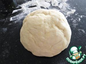 Растворить дрожжи и сахар в 100 мл теплого молока, накрыть и оставить в теплом месте подняться 10 минут. В другой миске просейте вместе муку и соль. Сделать углубление в середине и добавить взбитые яйца, оставшееся теплое молоко, оливковое масло, уксус и дрожжевую смесь. Замешивайте тесто руками, до тех пор, пока он не начнет отделятся от стенок миски. Переложите тесто на слегка посыпанную мукой поверхность и месить около 10 минут, пока оно не станет мягкой и податливым. Поместить тесто обратно в миску, накрыть полотенцем и оставить подниматься в теплом месте до тех пор, пока его объем не увеличится в два раза - около часа.