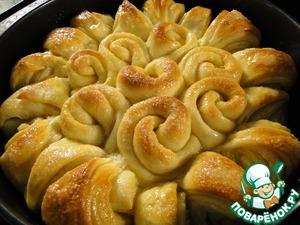 Разогрейте духовку до 180 C. Взбить желток с молоком и смазать пирог, сверху посыпать сахаром. Выпекать хлеб 25-30 минут, снизить температуру до 160 C после 10 минут в духовке. Смазать пирог оставшимся растопленным сливочным маслом, как только достали из духовки. Накрыть полотенцем и дать остыть в течение 10-15 минут.