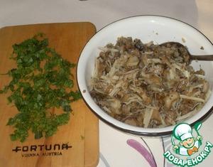 Лук измельчить, чеснок очистить. На разогретой с растительным маслом сковороде обжарить лук до легкой золотистости, добавить грибы и зубчики чеснока. Жарить, пока не выпарится жидкость. Когда грибы будут готовы, чеснок удалить. Грибы выложить в миску, остудить. Добавить натертый на крупной терке пармезан и мелко нарезанную зелень.