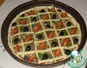 В ячейки сырной решетки выложить помидорчики и маслинки.