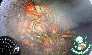Tomatoes cut into slices and in a large kettle, a pinch of salt - stir.