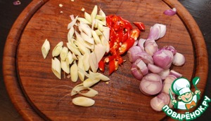 Chop the onion, chilli and lemongrass. You can add garlic and other herbs to taste.