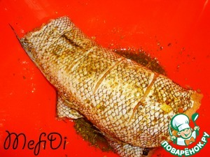 The fish a good wash, make cuts from both sides, coat with seasoning. Leave to marinate for 1 hour.