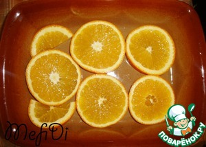 Wash the oranges, cut into slices, put into a form.