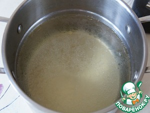 Strain the broth. Bring to boil 2.5 l of water or chicken broth, to give it the meat and then boil on low heat for 30 minutes.