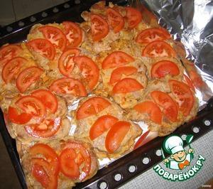 На них - кусочки помидоров,