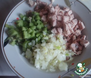 Everything is very simple. Cut meat, kiwi and onion in small cubes.