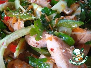 Перемешиваем, посыпаем кунжутными семечками и подаем.      Примечание: этот салат можно оставить в холодильнике на 1-2 часа - при настаивании вкус его только улучшится.         Приятного аппетита!
