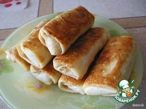 Then fry until Golden brown in vegetable oil (!) (do not fry in butter, it burns and smokes, and make the pancakes greasy).  In the filling you can add some (300 grams of chicken liver).