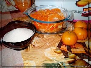 Очистить мандарины от кожицы (цедру 3-х оставить). Острым ножом нарезать мандарины поперёк ломтиками.   Сложить в салатницу, добавить цедру и ваниль (или ванилин), залить водкой, закрыть крышкой и оставить на ночь настаиваться.   Сварить сироп из сахара, лимонного сока и 250 грамм воды. Остудить. Процедить мандариновый настой. Разомните мандарины пестиком, что бы получить больше сока. Добавить сахарный сироп. Хорошо размешать. Перелить в бутылочки. Настаивать в течении месяца.