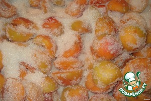 Apricots use firm, slightly unripe. Wash, cut in half, seeds remove. Sprinkle them with sugar, shake and leave overnight.