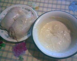 Рулетики окунуть в кляр и обжарить на сковороде в подсолнечном масле до золотистой корочки.