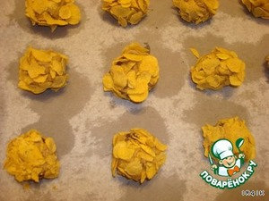 Делаем шарики  величиной с грецкий орех и со всех сторон обваливаем в кукурузных хлопьях.