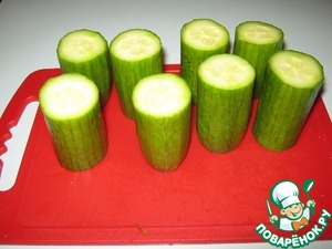 Prepare the candles. Take a cucumber slice such penechki 5-6 see