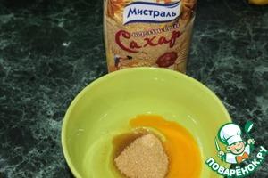 Яйцо взбить с сахаром. Кстати коричневый сахар придаёт десерту свою изюминку, на это повар сделал особенный акцент!