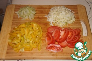 Fennel and pepper chop thin strips, celery slices. Cut the tomatoes into thin slices.