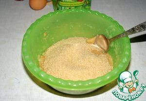 К пюре добавить сахар. Здесь важен именно коричневый сахар, так как он придает готовому десерту карамельный привкус.