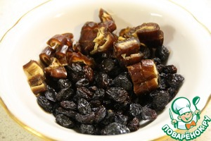 While the meat is stewed, wash the dates and raisins. Chop the dates, removing the pre-pits.
