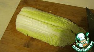 Китайский салат (пекинская капуста) - 1 вилок, моем, режем.   Я сначала разделяю вилок на 2 части, затем делаем разреза 3-4 поперек,